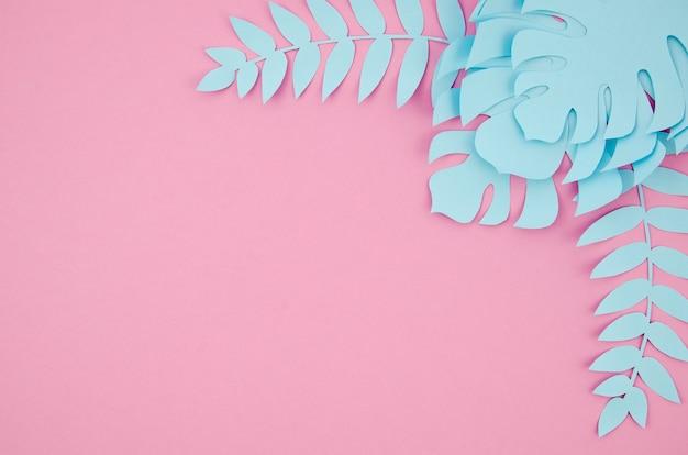 Blauwe monstera verlaat frame met exemplaar ruimte roze achtergrond Gratis Foto