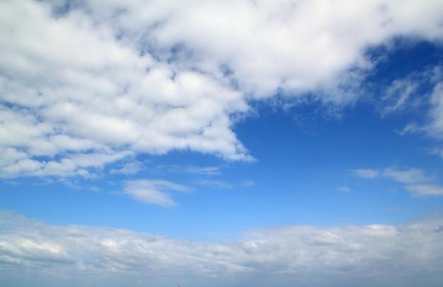 Blauwe mooie hemel zonnige dag en witte wolken Premium Foto