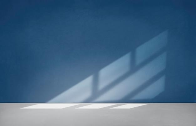 Blauwe muur in een lege ruimte met betonnen vloer Gratis Foto