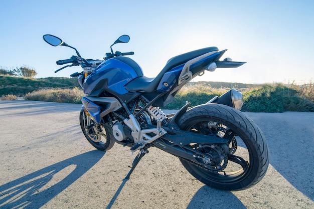 Blauwe naakte motorfiets Premium Foto