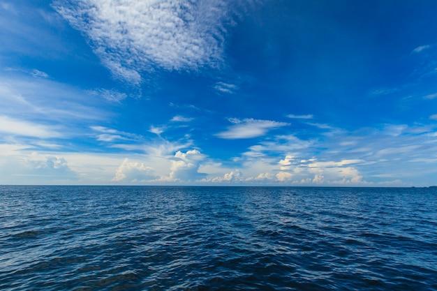 Blauwe oceaan en lucht Premium Foto