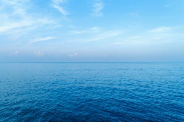 Blauwe oceaan oppervlak natuur weergave van bovenaf geschoten door drone Premium Foto