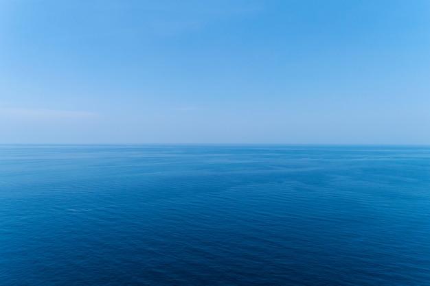 Blauwe oceaanoppervlak. aardmening van hierboven door hommelcamera wordt geschoten die. Premium Foto