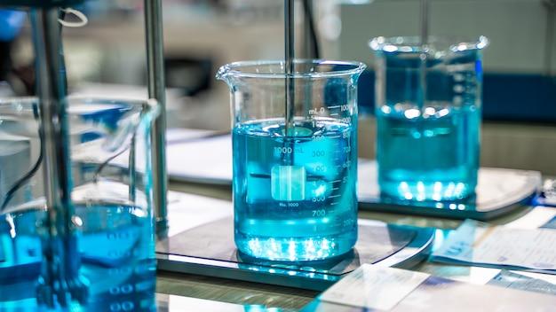 Blauwe oplossing in glazen beker Premium Foto