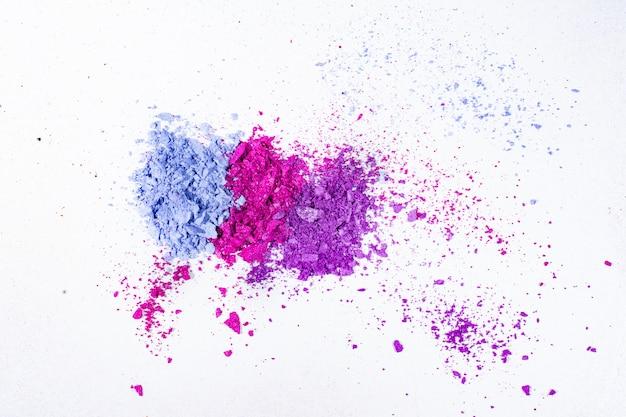 Blauwe, paarse en roze gemalen oogschaduw geïsoleerd op wit oppervlak Premium Foto
