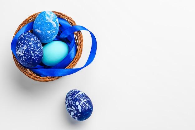 Blauwe paaseieren die op wit worden geïsoleerd. Premium Foto