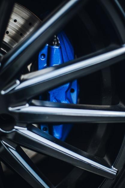 Blauwe pads op het stuur van een auto. Gratis Foto