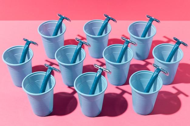 Blauwe plastic bekers en scheermesjes Gratis Foto