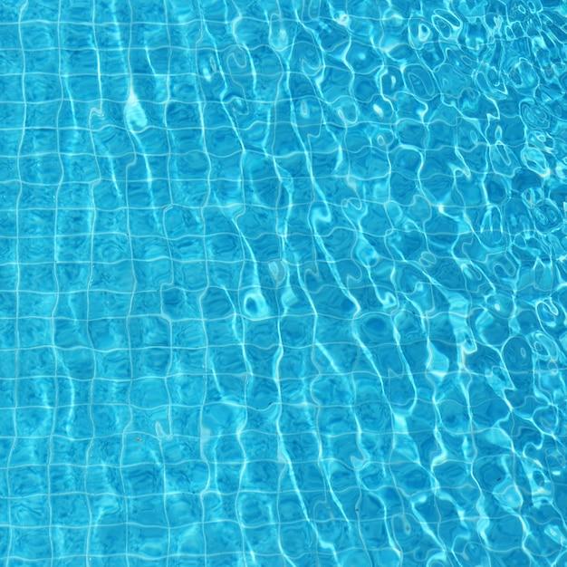 Blauwe rimpelende water achtergrond in zwembad Gratis Foto