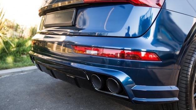 Blauwe sportwagen in het parkeren, de mening van gaspijpen Premium Foto