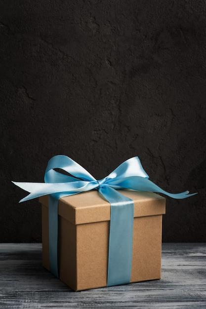 Blauwe strik met handgemaakte geschenkdoos Premium Foto