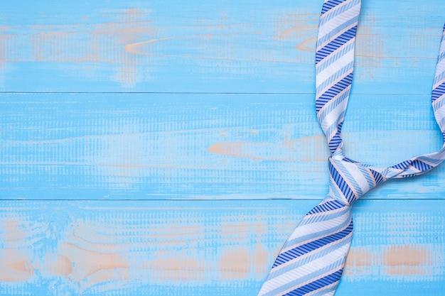 Blauwe stropdas op houten achtergrond met exemplaarruimte voor tekst. Premium Foto