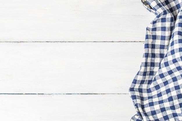Blauwe tafelkleed op witte achtergrond, kopieer ruimte, bovenaanzicht. Gratis Foto
