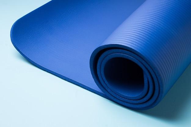Blauwe yogamat. apparatuur voor yoga. concept gezonde levensstijl en sport. Premium Foto