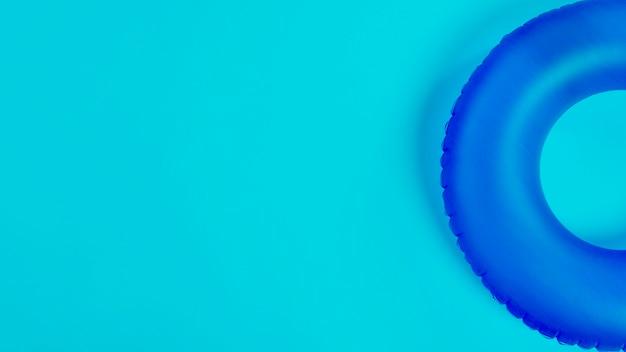Blauwe zwemmende cirkel Gratis Foto