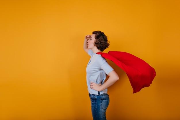 Bleek korthaar meisje draagt rode mantel havig plezier in carnaval Gratis Foto