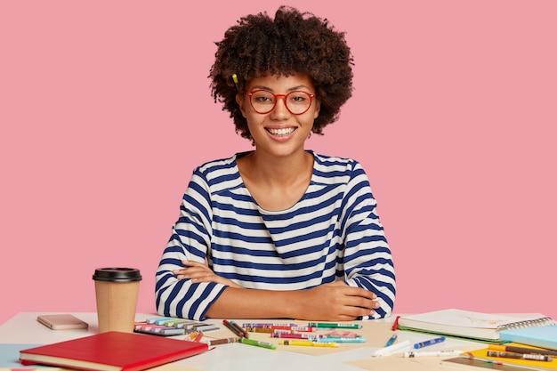 Blij gemengd ras student studeert kunst op de werkplek Gratis Foto