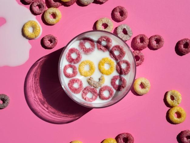 Blij gezicht gemaakt met gele en roze fruitlussen Gratis Foto