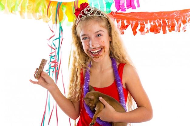 Blij partij meisje puppy aanwezig chocolade eten Premium Foto