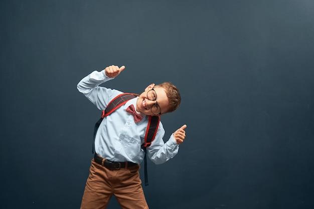 Blije kleine jongen op zwart Premium Foto