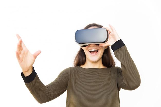 Blije opgewonden vrouw in vr-headset lachen en ontroerend lucht Gratis Foto