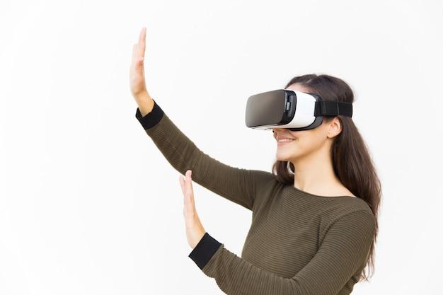 Blije opgewonden vrouw in vr-headset lucht aan te raken Gratis Foto
