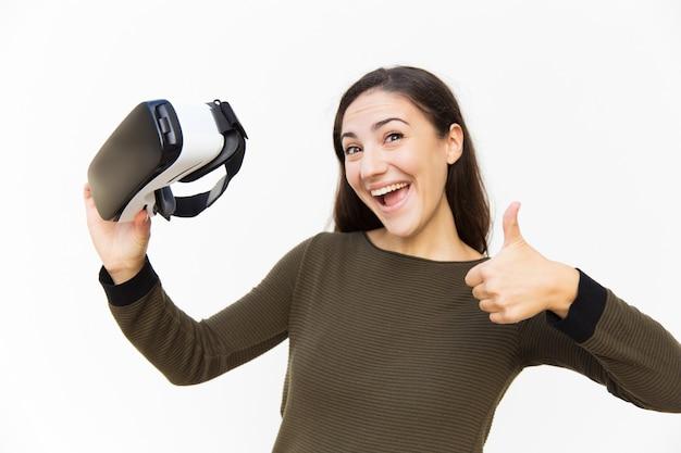 Blije opgewonden vrouw met vr-headset en het maken van zoals Gratis Foto
