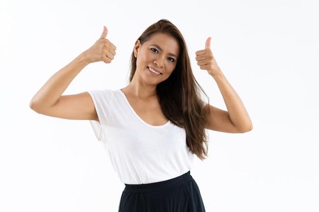 Blije vrouwelijke klant die product of opslag goedkeurt Gratis Foto
