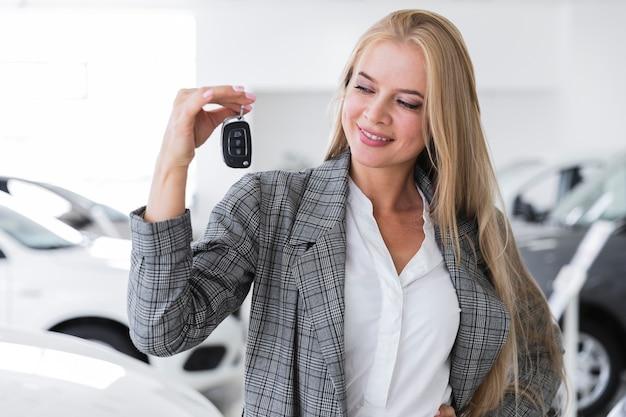 Blije vrouwen die sleutels middelgroot schot bekijken Gratis Foto