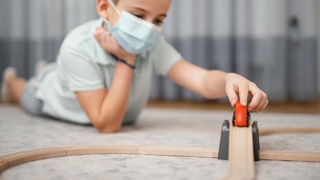 Blijf binnenshuis kind spelen met speelgoed Gratis Foto