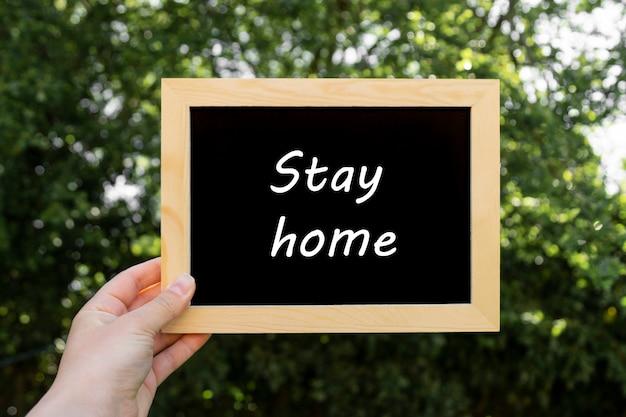 Blijf thuis woorden. leeg, leeg bord met kopie ruimte. sociale afstand, blijf veilig concept. Premium Foto