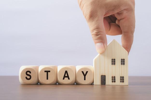 Blijf veilig thuis. bericht op houten dobbelstenen. coronavirus-uitbraak (covid 19) Premium Foto