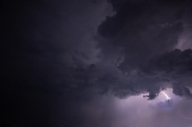 Bliksem en regenwolken 's nachts Premium Foto