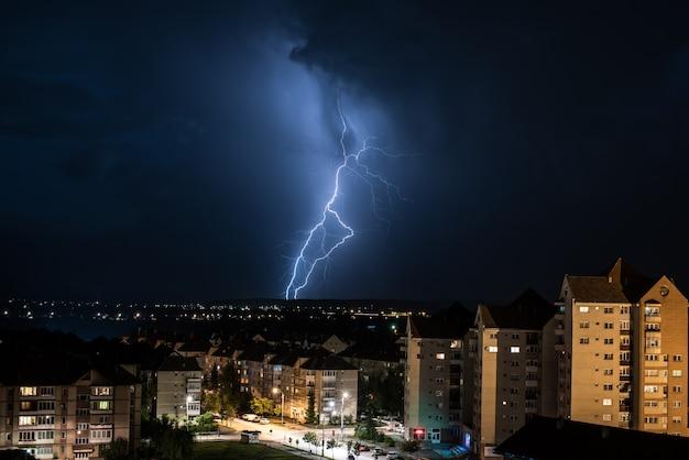 Bliksem over de stad. onweer en bliksem over de stad. Premium Foto