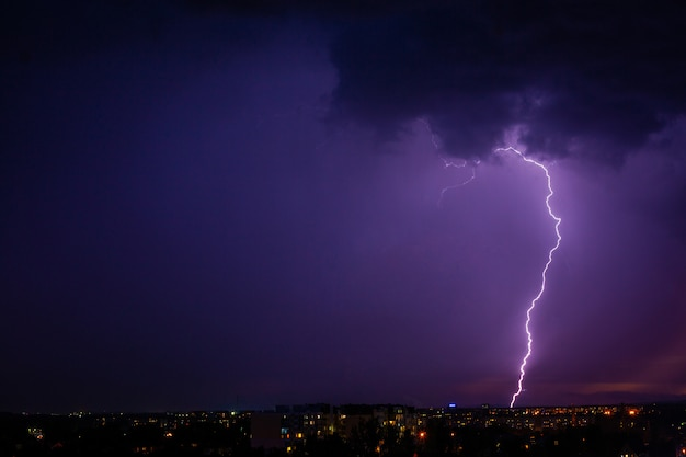 Bliksem slaat storm over stadspaars licht. Premium Foto