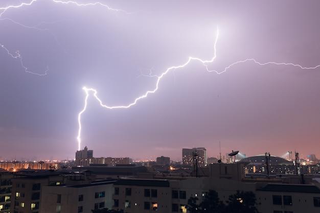 Bliksem van donder raakt de stad in bangkok, thailand Premium Foto