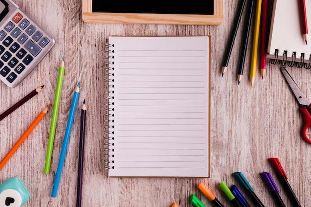 Blocnote en tekeningsreeks op bureau Gratis Foto