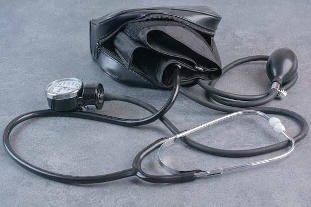 Bloeddrukmeter en stethoscoop op marmeren tafel. Gratis Foto