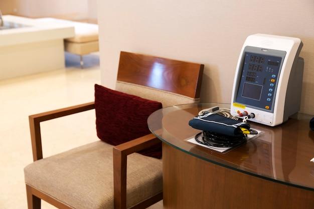 Bloeddruktesthulpmiddel op tafel Premium Foto