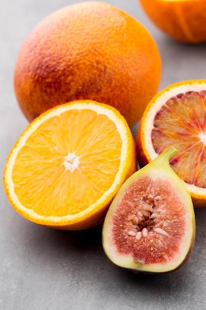 Bloederige siciliaanse sinaasappels en vijgen Premium Foto
