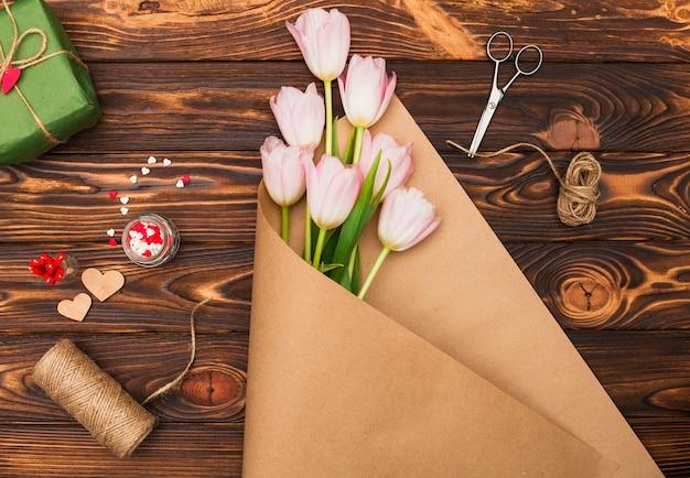 Bloembos en accessoires voor geschenkverpakking Gratis Foto