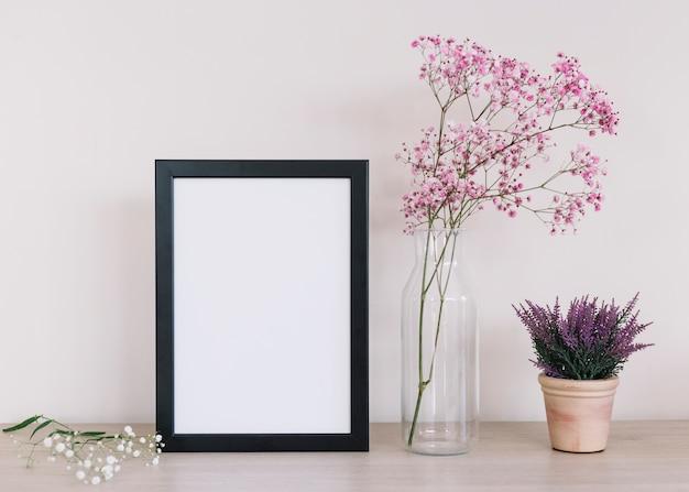 Bloemen en een frame Gratis Foto