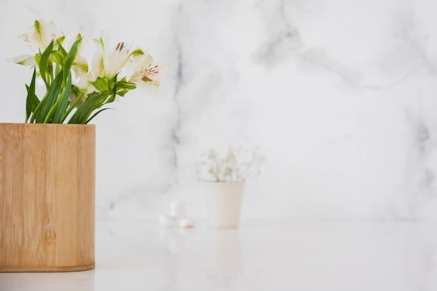 Bloemen in houten doos met kopie ruimte Gratis Foto