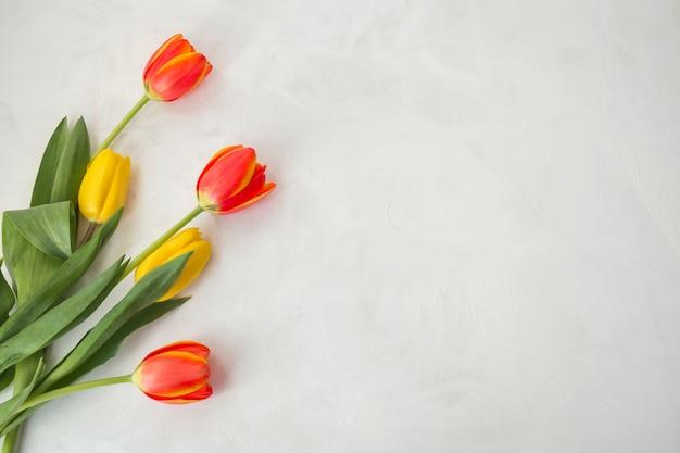 Bloemen op grijs bureau worden geplaatst dat Gratis Foto
