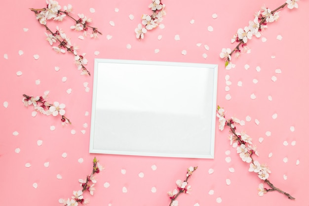 Bloemen samenstelling. fotokader, bloemen op pinnkachtergrond. Premium Foto