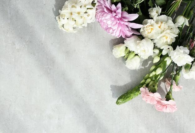 Bloemenboeket op grijze achtergrond Gratis Foto