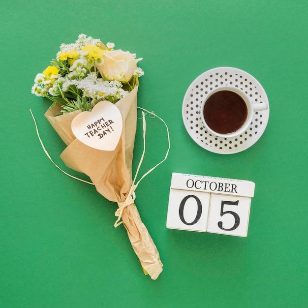 Bloemenboeket op groene achtergrond Gratis Foto