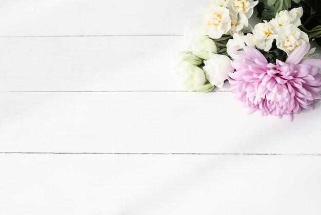 Bloemenboeket op houten achtergrond Gratis Foto