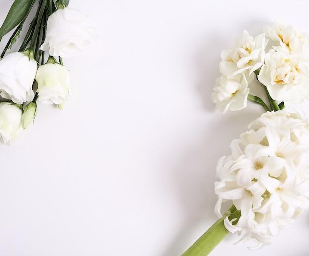 Bloemenboeket op witte achtergrond Gratis Foto