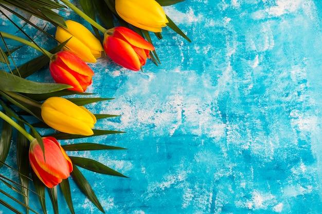 Bloemengrens op geschilderde grunge achtergrond Gratis Foto